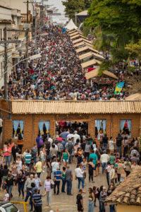 Imagem da multidão que lotou a última Festa do Café com Biscoito.