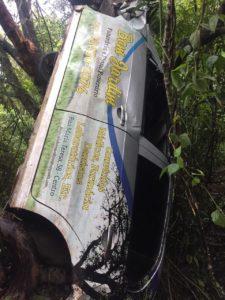 No local do acidente, os bombeiros encontraram o carro de uma funerária de Bom Jesus de Minas. Dentro dele, estava o corpo do homem desaparecido na última sexta, já em estado de decomposição.