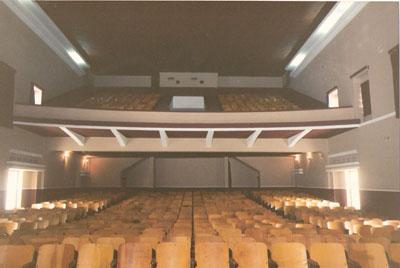Imagem geral do cinema antes da reforma, ainda com as cadeiras de madeira.