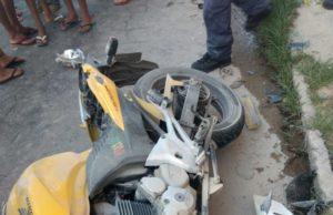 moto de cor amarela caída no chão depois de acidente em conselheiro lafaiete