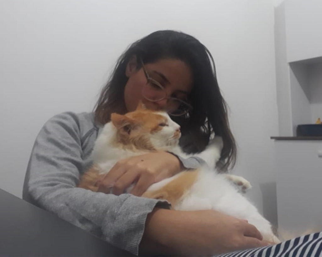 Camila abraça o gato Pedrinho