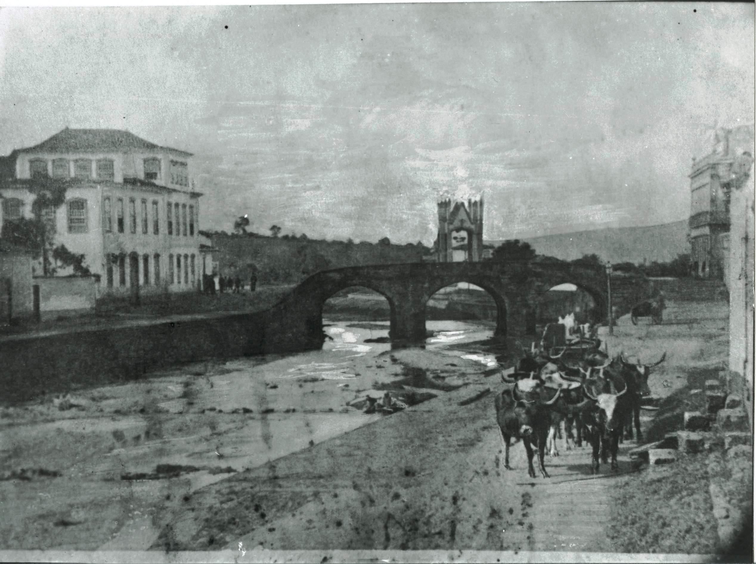Foto da Ponte da cadeia, em São João del-Rei, com o Arco do Triunfo feito para comemorar a visita de D. Pedro II à cidade, em 1981