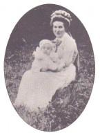 Único registro encontrado de Ina Von Binzer, sentada no campo, segurando um bebê.