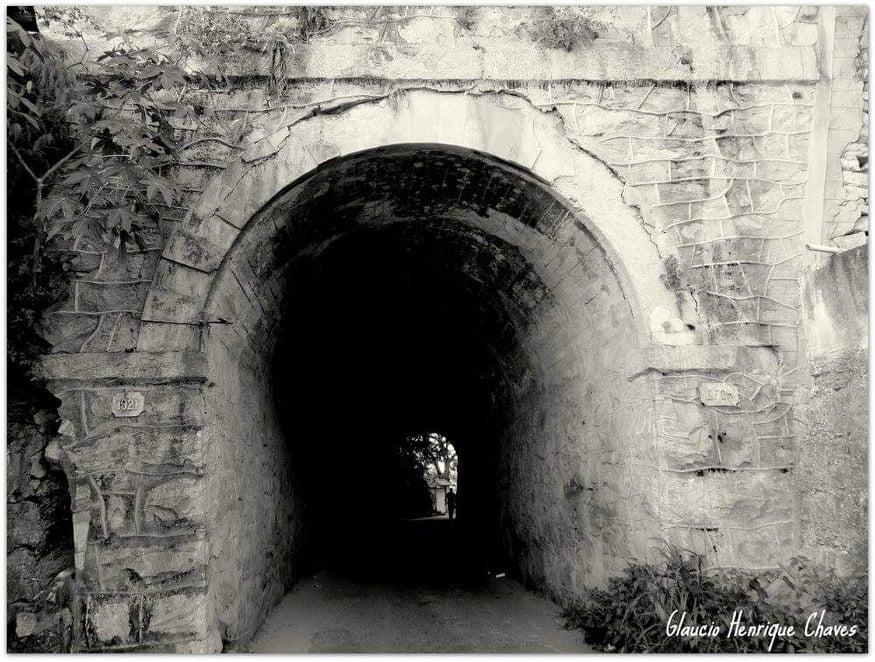O túnel Alberto Bernini em foto em preto e branco antiga que mostra as manchas escuras da fumaça dos trens no teto.