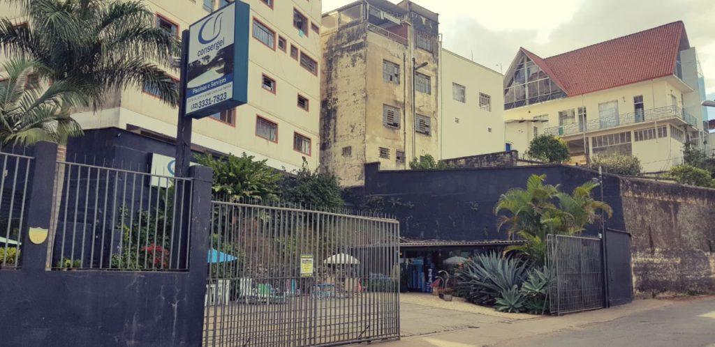 A foto mostra a loja de piscina construída no local em que funcionava o viradouro de trens